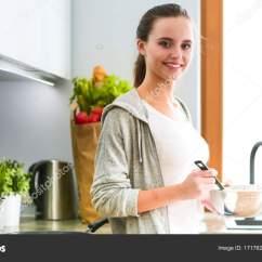 Kitchen Prep Station Home Styles Island 年轻女人准备站在桌子旁边的时候厨房里的薄煎饼 在厨房里的女人 在厨房 在