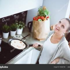 Kitchen Prep Station Countertop Storage 年轻女人准备站在桌子旁边的时候厨房里的薄煎饼 在厨房里的女人 在厨房 在