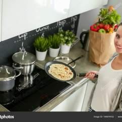 Kitchen Prep Station Water Dispenser 年轻女人准备站在桌子旁边的时候厨房里的薄煎饼 在厨房里的女人 在厨房 在