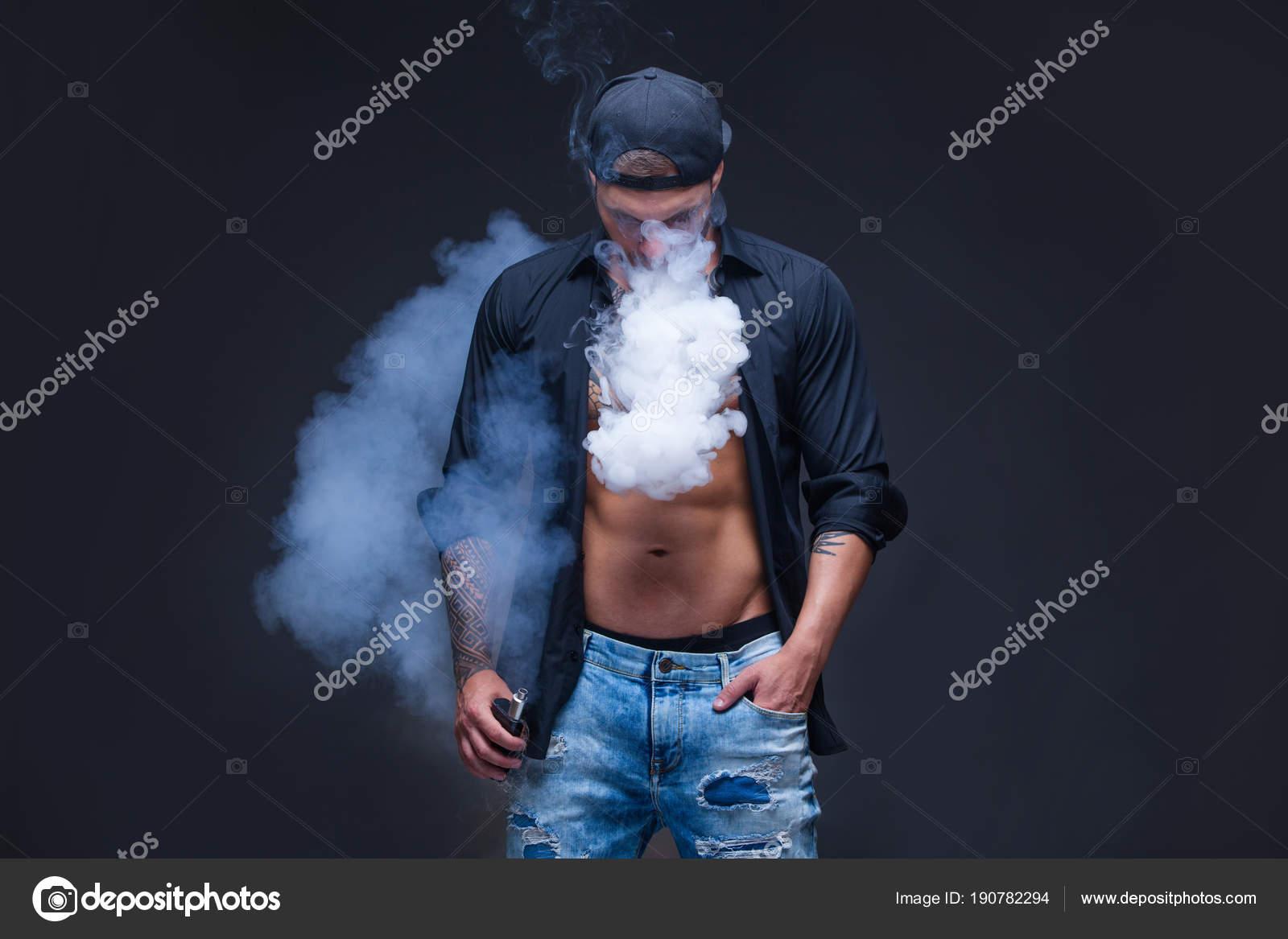 Vaper El Hombre Vestido Con Vaqueros Camisa Negra Y Gorra De