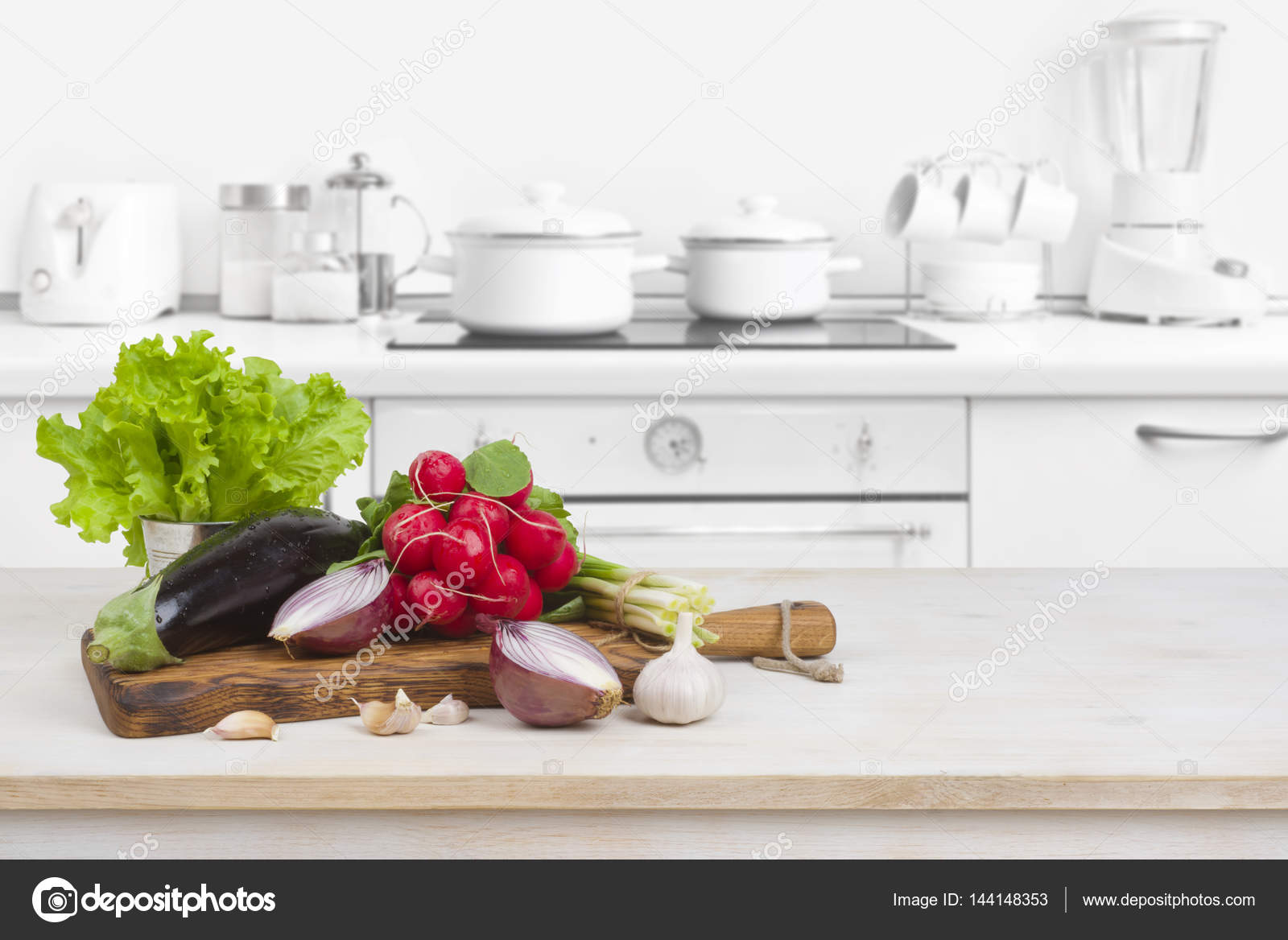 kitchen table high top best appliances 木桌和蔬菜在模糊的厨房内饰顶上 图库照片 c didecs 144148353