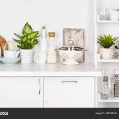 White Kitchen Bench Delta Faucet Parts Diagram 厨房的长凳和货架上的各种器具白色背景 图库照片 C Didecs 178298518