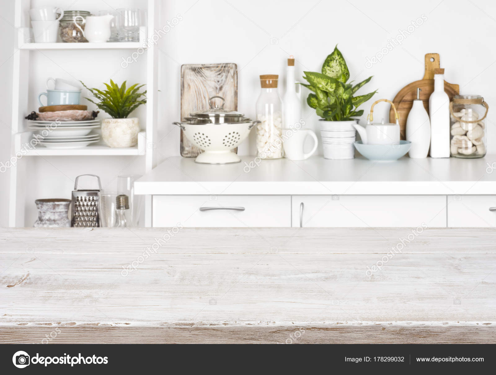 kitchen banquette retro metal cabinets 厨房长凳和搁板的模糊图像的木桌 图库照片 c didecs 178299032