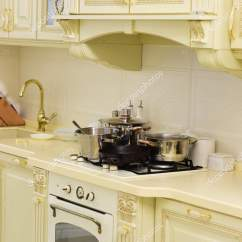 Vintage Kitchen Sink Mobile Island 厨房用具和家具 炉子和水槽与炊具在台面上 在白色墙地砖上有盆和平底锅 在白色墙地砖上有盆和平底锅的炉子 厨房设计的老式风格
