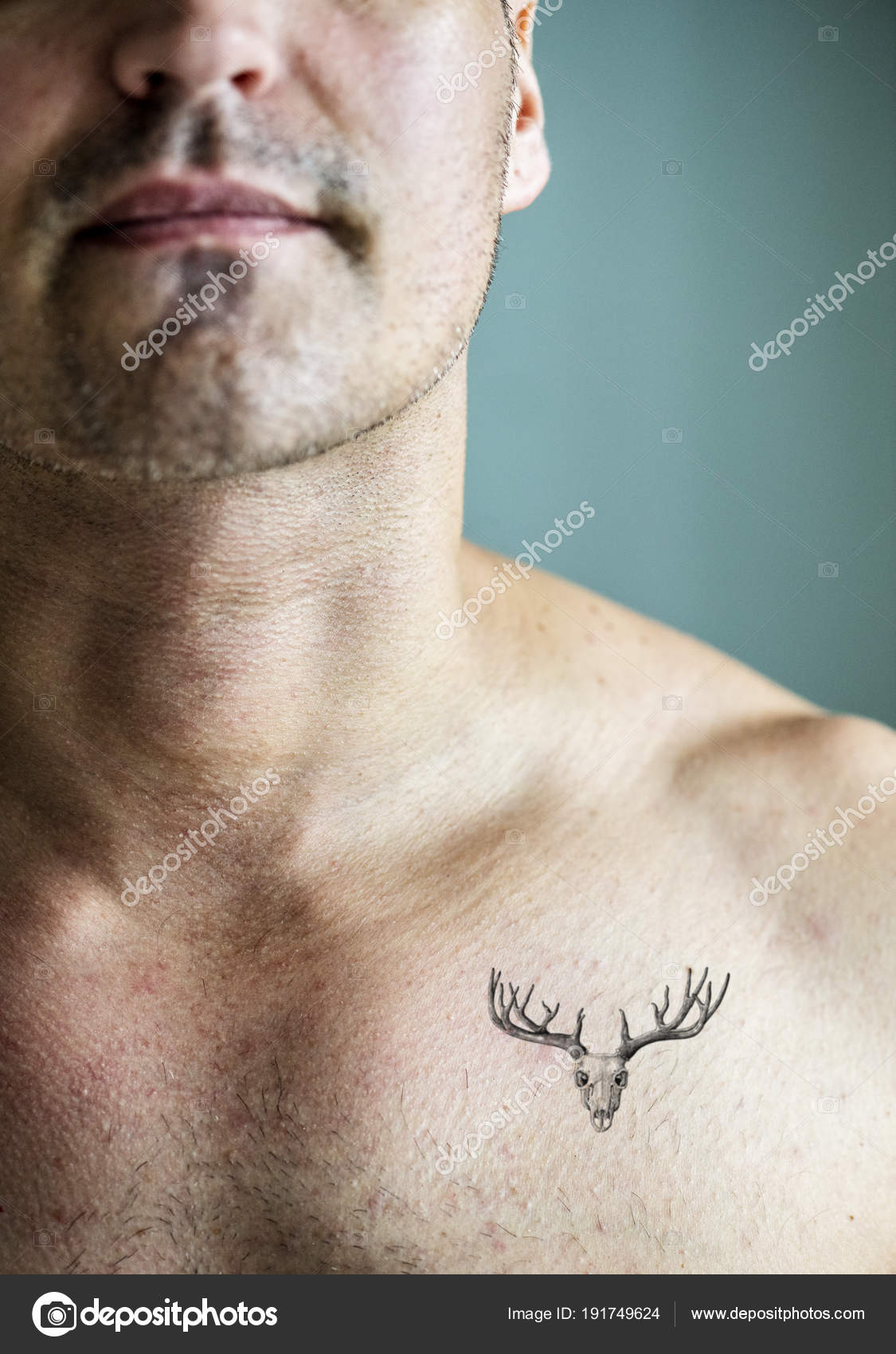 Cierre Para Arriba Del Tatuaje Pecho Hombre Foto De Stock