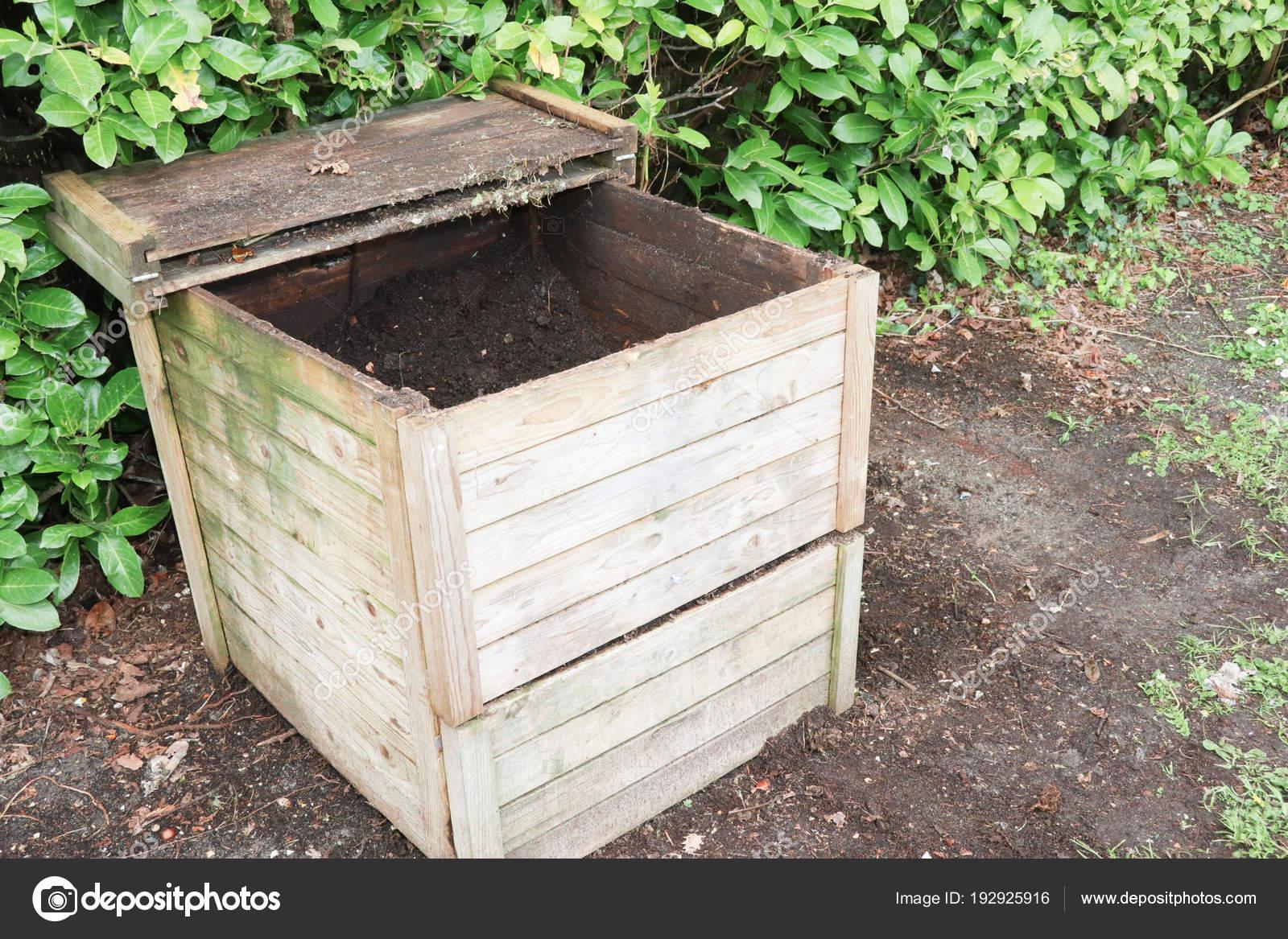 compost bin for kitchen cabinets online wholesale 用于回收厨房和花园有机废弃物的小型木材户外堆肥箱 图库照片 c sylv1rob1