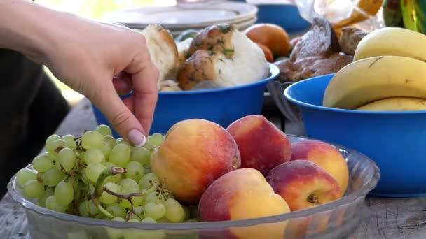 kitchen banquet bi fold cabinet doors 准备的宴会厨房的桌子 板的水果 肉 蔬菜和其他产品 图库视频影像 蔬菜和其他