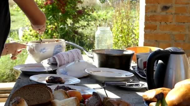 kitchen banquet compost container 准备的宴会厨房的桌子 板的水果 肉 蔬菜和其他产品 图库视频影像 蔬菜和其他