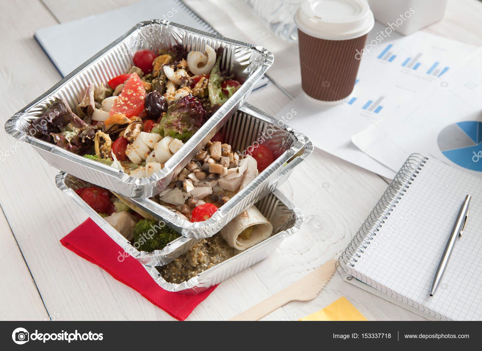 livraison de repas quotidienne saine au bureau salade de legumes photo