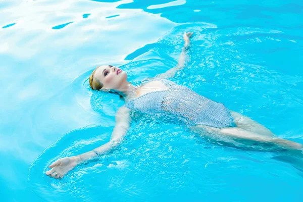 美麗的女孩游泳在水后面 — 圖庫照片©katalinks#190678302