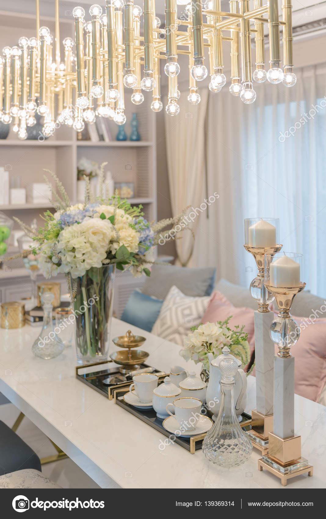 table de luxe situe sur dinnig tableau avec vase de fleurs dans la salle a manger de r images de stock libres de droits