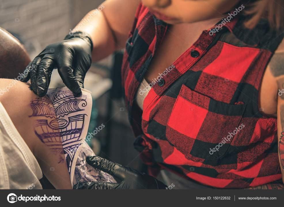 женщина сделать временную татуировку на руке клиента стоковое