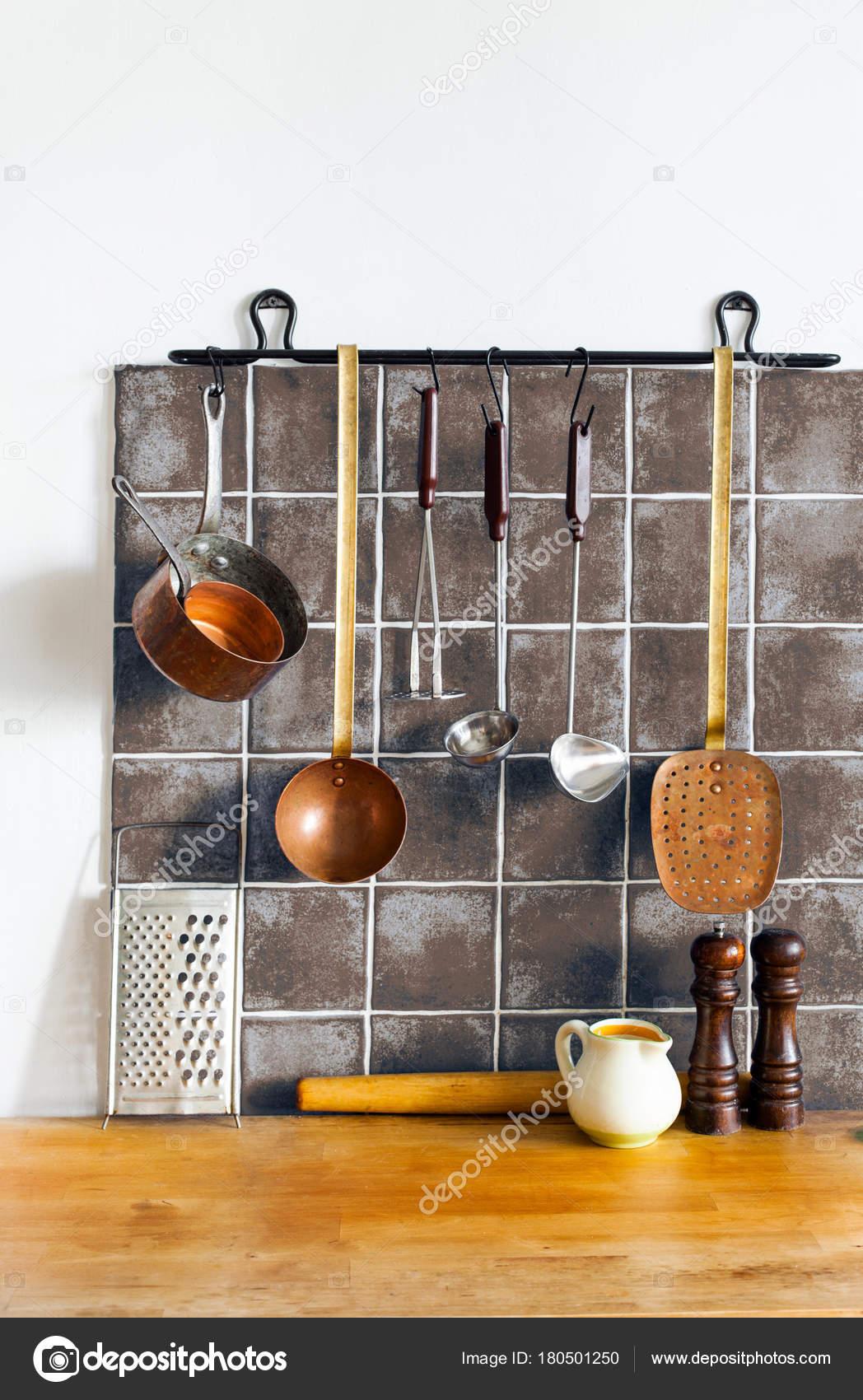 retro kitchen tables blender 复古厨房仍然生活内部 黄铜器皿 厨师配件 挂铜厨具套装 勺子 撇 刨 挂铜厨具