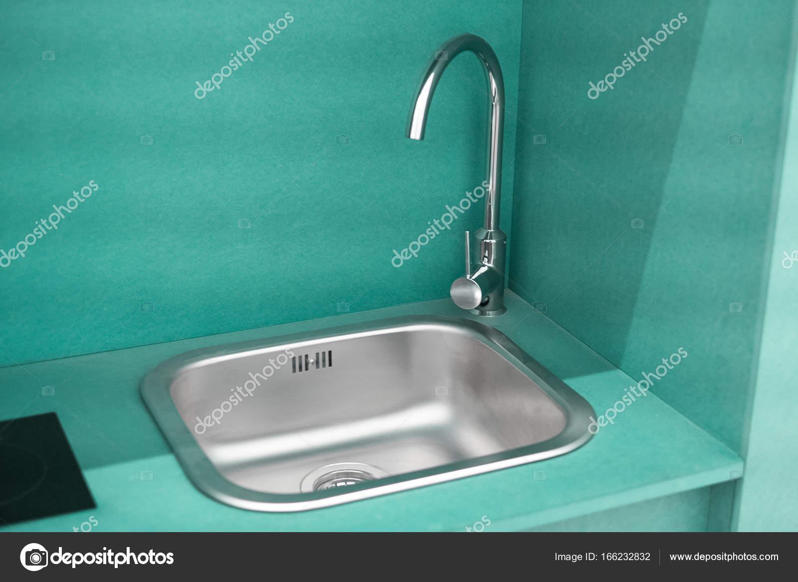cheap kitchen sinks outdoor counter depth 小厨房的水槽 图库照片 c marvlc 166232832 欧洲不锈钢水槽和水龙头 低成本舒适小绿色厨房水槽与混合器 现代和更便宜的厨房 多彩厨房细节 不锈钢厨房的水槽 照片作者marvlc