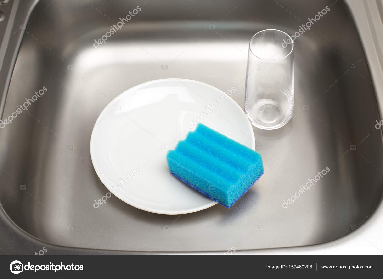 blue kitchen sink redo my 厨房水槽与板 蓝色清洁海绵玻璃 图库照片 c intelwond 157460208