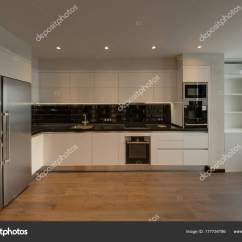 White Kitchen Floor Cabinet Countertop Ideas 带黑色围裙和木地板的白色厨房 图库照片 C Twins03 177734786