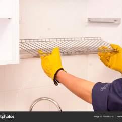 Kitchen Cabinets Ri Thermador Package 工人在厨柜里设置晾盘子的架子 图库照片 C Mkuchina 195880210