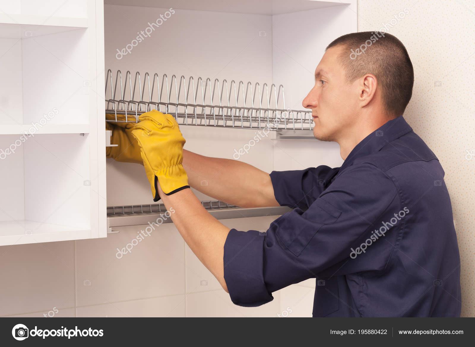 kitchen cabinets ri island furniture 工人在厨柜里设置晾盘子的架子 图库照片 c mkuchina 195880422