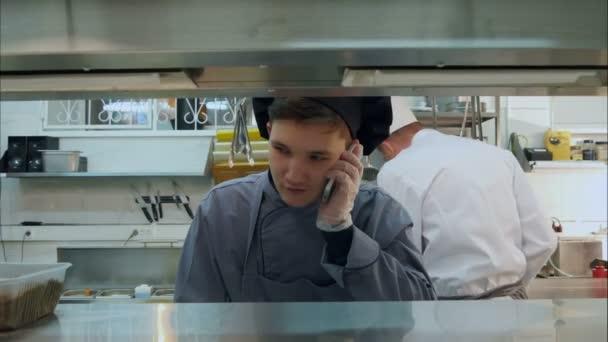 kitchen phone white chair 年轻厨师学员谈在专业厨房电话 图库视频影像 c fancystudio 141389032