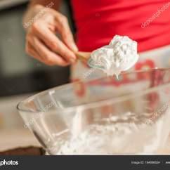 Kitchen Whisk Electric Curtain 成年女性搅打稀奶油用拂尘在玻璃碗里 图库照片 C Guruxox 164098024