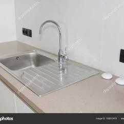 Ceramic Kitchen Sink 36 现代厨房金属水龙头和陶瓷厨房水槽 图库照片 C Thefutureis 182612470
