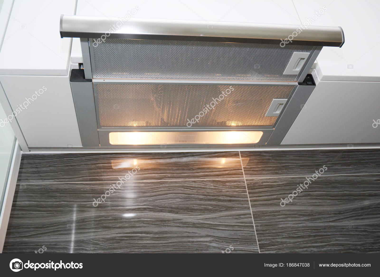 kitchen fan cover stonewall aioli 现代空气排厨房风扇或抽油烟机 不锈钢烟囱罩用金属管 图库照片