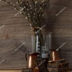 Kitchen Tables Round Drawer Organization Ideas 静物 厨房内饰 木桌上有柳枝的木制圆铜量杯 图库照片 C Tema Kud 189578194 在木制桌子上用柳树树枝的铜测量杯 棕色的木质背景 春天 照片作者tema