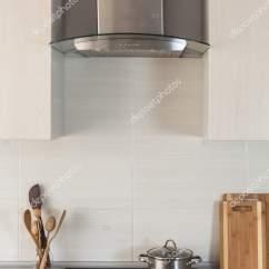 Hood Kitchen Yellow And Red Curtains 平底锅是在一个陶瓷烹调板材在新的现代厨房与提取引擎盖 图库照片 照片作者brizmaker