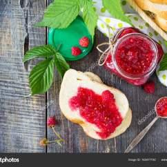 Glass Top Kitchen Table Gadget Gifts 自制的果酱 平躺 顶视图 红树莓玻璃罐 图库照片 C Elena Hramova 红树莓与白面包在厨房桌子上的玻璃罐 保存完好的浆果 照片作者elena