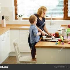 Macys Kitchen Aid Dinette 帮助准备松饼在厨房的妈妈的孩子 图库照片 C Nd3000 193502614