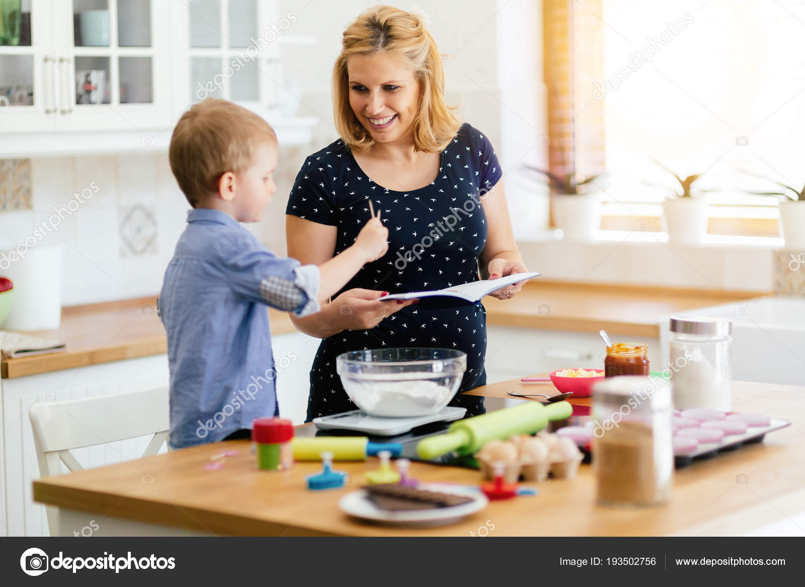 macys kitchen aid garbage can storage 帮助准备松饼在厨房的妈妈的孩子 图库照片 c nd3000 193502756
