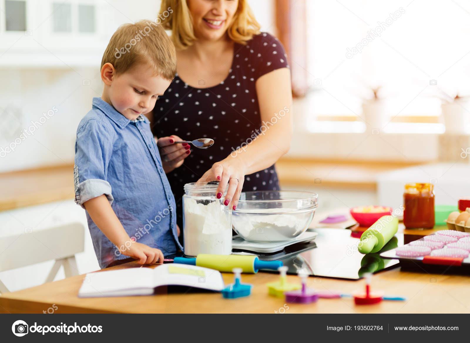 macys kitchen aid hotels with kitchens in las vegas 帮助准备松饼在厨房的妈妈的孩子 图库照片 c nd3000 193502764