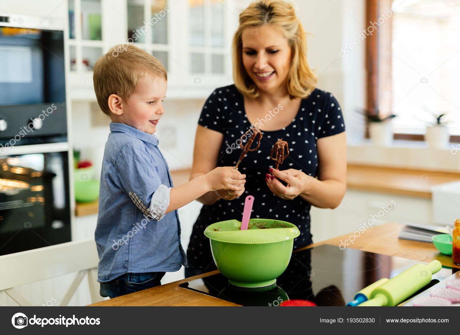 macys kitchen aid modern window treatments 帮助准备松饼在厨房的妈妈的孩子 图库照片 c nd3000 193502830