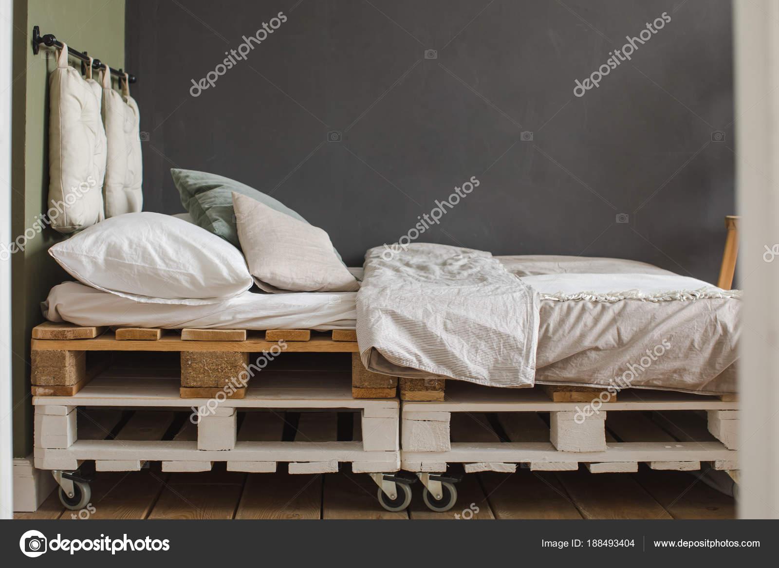 cadre de lit de style industriel chambre palettes recyclees images de stock libres de droits