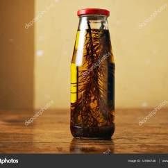 Glass Top Kitchen Table Lowes Countertops Laminate 木制的桌子上的香草橄榄油 图库照片 C Derepente 137850146 美味的橄榄油与迷迭香装在一个玻璃瓶与老式厨房桌子上顶红色的帽子 照片作者derepente