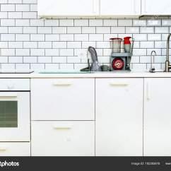 Kitchen Vacuum Panda Cabinets 白色简约厨房内饰和设计 瓷砖墙的背景 家用电器 搅拌机 真空机 现代 现代炉灶 洗碗机 烤箱 餐桌 水龙头搅拌机 照片作者j Chizhe