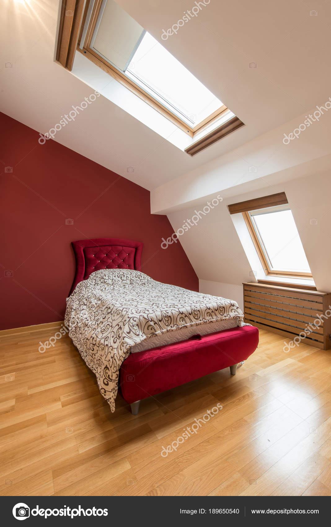 slaapkamer met rood bed en woonkamer slaapkamer in het