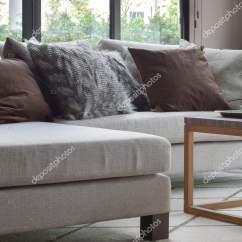 Sofa Cinza E Almofadas Coloridas Chesterfield Linen Sectional Marrons No Sofá Bege Na Moderna Sala De