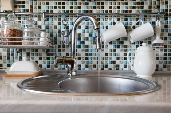 built in kitchen table mobile home faucets 厨房内饰和厨房用具 厨房的桌子 各种白色盘子和内置的厨房的水槽与金属 这一概念的水资源使用的