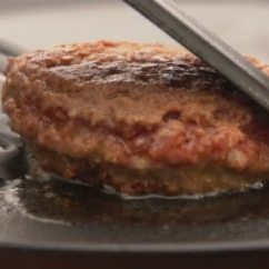 Kitchen Grills Victorinox Knife 汉堡与厨房铲在烤架上翻转 图库视频影像 C Navigatorstudio Mail Ru