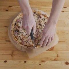 Kitchen Chief Lg Appliances 在均匀的切削比萨饼在厨房厨师贝克的特写手 图库视频影像 C Aleksutkin