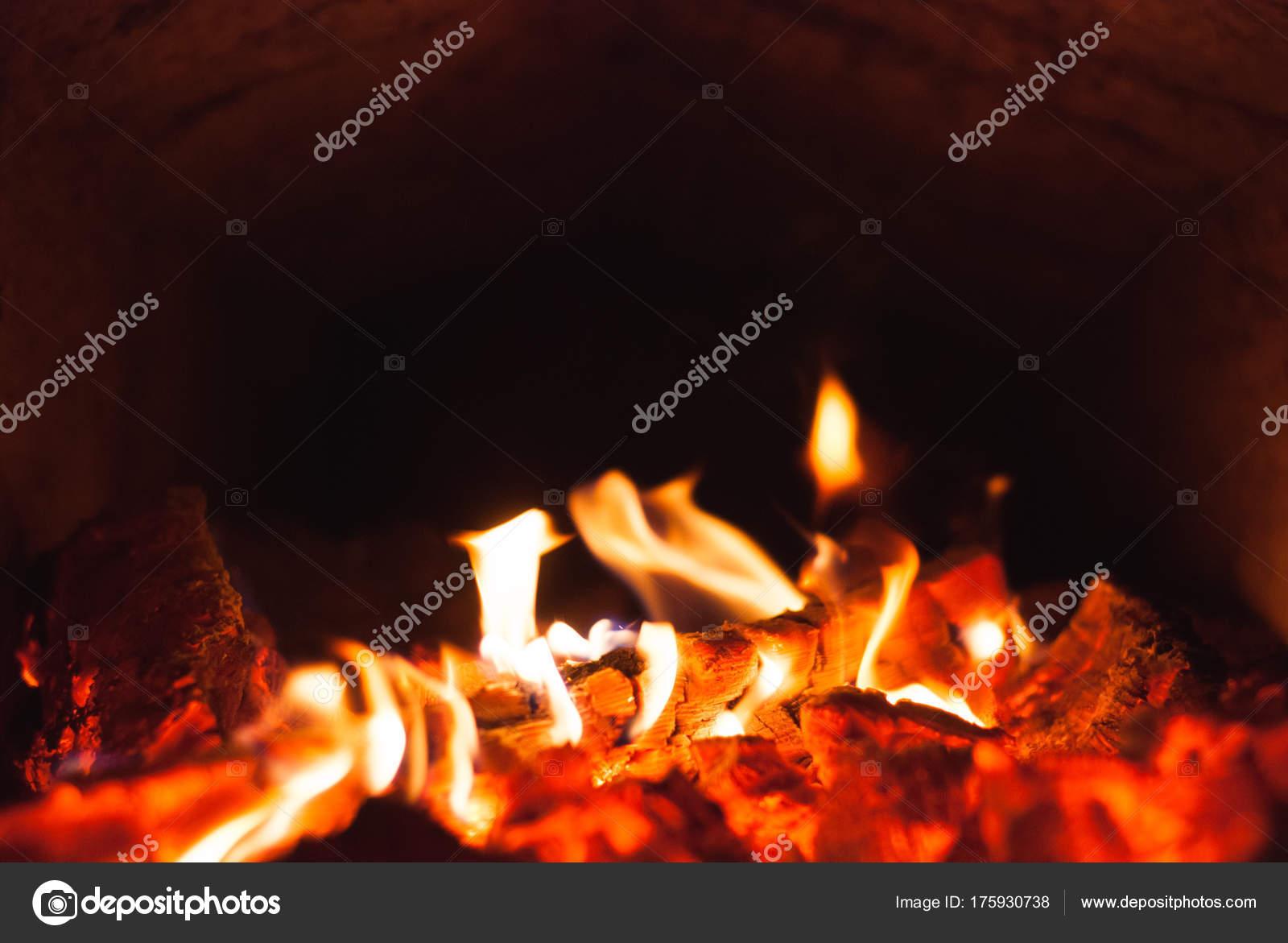Glã¼Hende Kohlen In Einem Ofen — Stockfoto © Vulkanov11@Gmail.Com