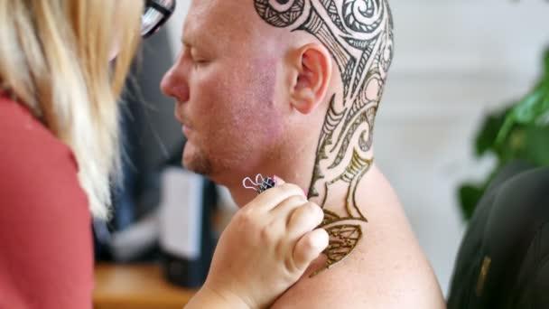Artista Aplicando Tatuaje De Henna En La Piel Blanca Cabeza De