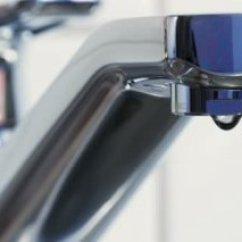 Kitchen Faucet Spout Outdoor Equipment 从厨房水龙头喷口的自来水 打开被掀翻的水龙头和水倒在压力下然后回关闭 厨房水龙头漏水