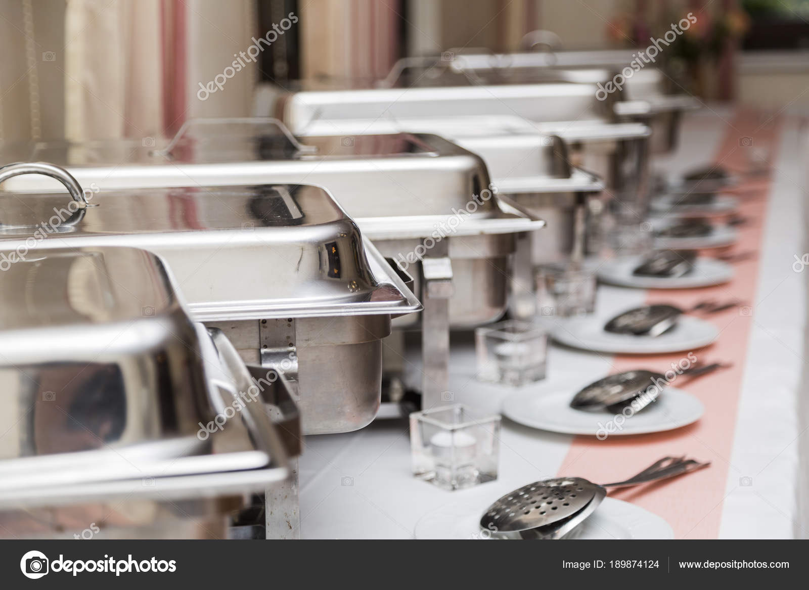 white kitchen buffet cabinet door hinges 许多白色金属清洁现代用具在婚礼自助餐 图库照片 c paulgulea gmail com