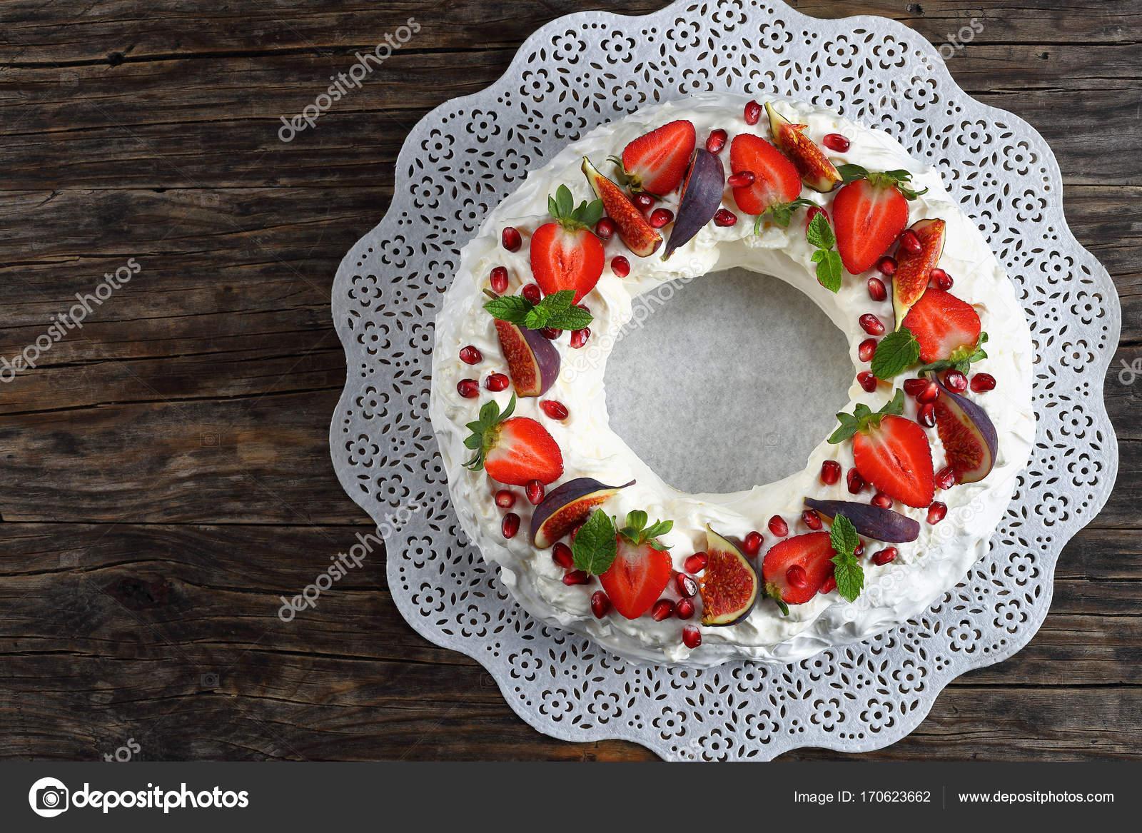 Corona Di Torta Di Pavlova Sul Tovagliolo Di Carta Foto