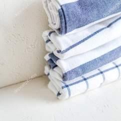 Concrete Kitchen Table Wayfair Stools 棉花厨房餐巾在白色混凝土桌上 Scandynavian 风格 生活方式 图库照片 图库