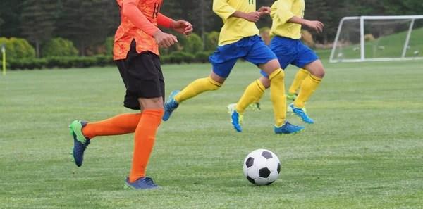 運行, 在運動場上踢踢球的足球運動員。年輕的男孩,在球場上的足球比賽。青年足球錦標賽競爭 — 圖庫 ...