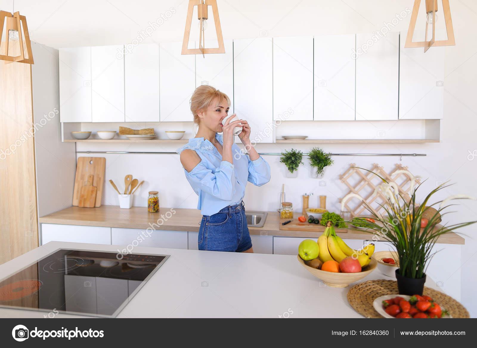 nice kitchen tables mobile trailers 漂亮的女孩走进了厨房和伸展运动 享受早晨c 图库照片 c sisterspro 有魅力的女人走过来和去厨房的桌子 举起双手向两侧上下能缓解紧张和花费手香早上新鲜咖啡 用轻松的笑容 站在中间的笑