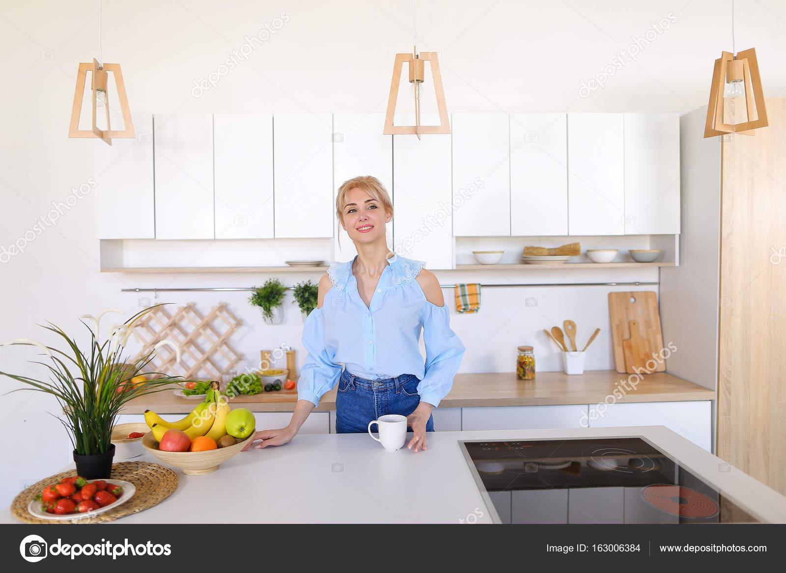 nice kitchen tables planning tools 漂亮的女孩走进了厨房和伸展运动 享受早晨c 图库照片 c sisterspro 有魅力的女人走过来和去厨房的桌子 举起双手向两侧上下能缓解紧张和花费手香早上新鲜咖啡 用轻松的笑容 站在中间的笑
